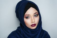 Meisje in een headscarf hijab royalty-vrije stock foto