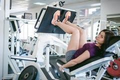 Meisje in een heldere witte gymnastiek Royalty-vrije Stock Afbeelding