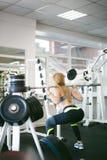 Meisje in een heldere witte gymnastiek Royalty-vrije Stock Fotografie