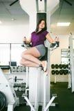Meisje in een heldere witte gymnastiek Stock Afbeelding