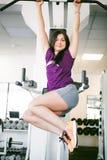 Meisje in een heldere witte gymnastiek Royalty-vrije Stock Foto's