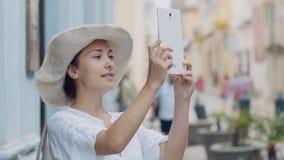 Meisje in een hoed die beeldengebied nemen stock video