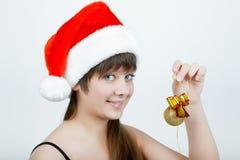Meisje in een hoed van Kerstmis met de decoratie van Kerstmis stock foto's