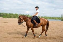 Meisje - een jockey bij het berijden van paard royalty-vrije stock afbeeldingen