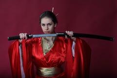 Meisje in een kimono met een katana Stock Foto