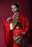 Meisje in een kimono met twee funs Stock Afbeelding