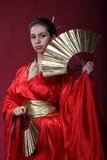 Meisje in een kimono met twee funs royalty-vrije stock foto