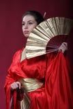 Meisje in een kimono met twee funs Stock Foto