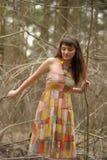 Meisje in een kleding in een dicht bos stock afbeeldingen