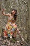 Meisje in een kleding in een dicht bos stock foto