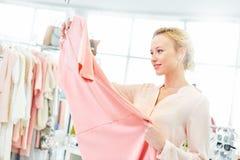 Meisje in een kledingsopslag royalty-vrije stock afbeeldingen