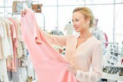 Meisje in een kledingsopslag royalty-vrije stock afbeelding