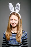 Meisje in een konijnmasker Stock Fotografie