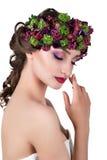 Meisje in een kroon van bloemen Stock Foto's