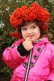 Meisje in een kroon van wilde as Stock Foto