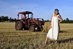 Meisje in een landelijke kleding die zich op het gebied bevindt Stock Afbeeldingen