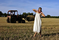 Meisje in een landelijke kleding die zich op het gebied bevindt Royalty-vrije Stock Fotografie