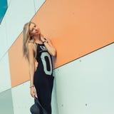 Meisje in een lange kleding Stock Foto