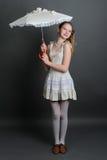 Meisje in een linnen sundress onder parasol Stock Foto