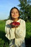 Meisje in een linnenoverhemd, dat een aardbei houdt Royalty-vrije Stock Afbeelding