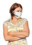 Meisje in een medisch masker en een microfoon stock afbeelding