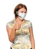 Meisje in een medische masker en een hoofdtelefoon stock afbeeldingen