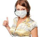Meisje in een medische masker en een hoofdtelefoon stock afbeelding