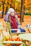 Meisje in een openluchtkoffie in Parijs stock afbeelding