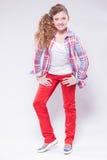 Meisje in een overhemd die in de studio dansen royalty-vrije stock foto