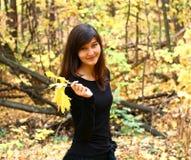 Meisje in een park stock afbeelding