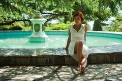 Meisje in een park dichtbij de fontein Royalty-vrije Stock Foto