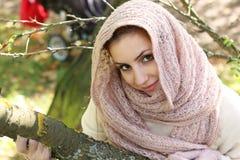 Meisje in een park die een sjaal dragen Royalty-vrije Stock Foto
