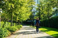 Meisje in een park in een stad Royalty-vrije Stock Afbeeldingen