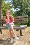Meisje in een Park, het Openlucht Plaatsen stock foto's