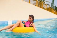 Meisje in een poolzitting in een rubber opblaasbare vlotter royalty-vrije stock foto's
