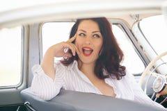 Meisje in een retro auto Royalty-vrije Stock Afbeelding