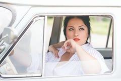 Meisje in een retro auto Royalty-vrije Stock Foto's