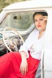 Meisje in een retro auto Stock Foto