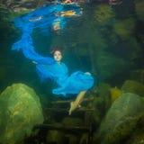 Meisje in een rivier royalty-vrije stock afbeeldingen