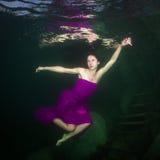 Meisje in een rivier royalty-vrije stock afbeelding