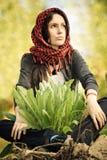 Meisje in een rode hoofddoek Royalty-vrije Stock Afbeeldingen