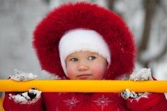 Meisje in een rode jumpsuit stock foto's