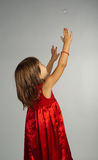 Meisje in een rode kleding met omhoog handen Stock Afbeeldingen