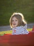 Meisje in een rode wagen royalty-vrije stock afbeeldingen