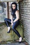 Meisje in een rotsstijl Stock Afbeeldingen