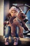 Meisje in een roze baret stock afbeelding