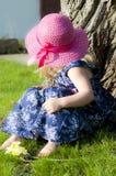 Meisje in een roze hoed Stock Fotografie