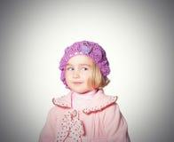 Meisje in een roze laag en baret op witte achtergrond Stock Foto