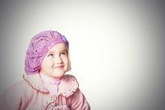 Meisje in een roze laag en baret op witte achtergrond Stock Afbeelding
