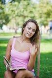 Meisje in een roze vest royalty-vrije stock afbeeldingen
